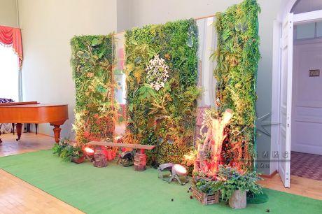 Фотозона из сказочного театра перенесенная в волшебный лес