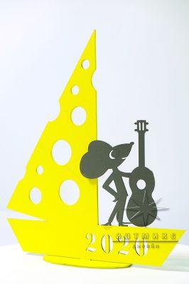 Новогодняя композиция Мышонок с гитарой на сырном кораблике