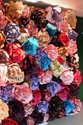 Стенд из больших цветов на мероприятии