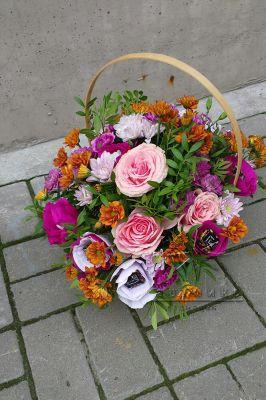 Подарочная корзина с живыми цветами и конфетами