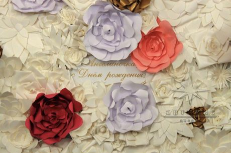 Фотозона из цветов в ресторане Палкин