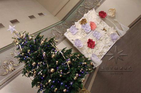 Цветочная фотозона в бежевых, золотых и розовых цветах на день рождения