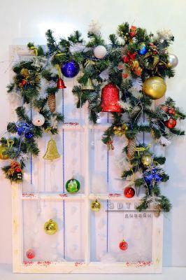 Цветовая гамма, при оформлении новогоднего панно, может быть разнообразной