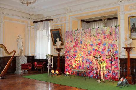 Цветочная фотозона в Доме Офицеров