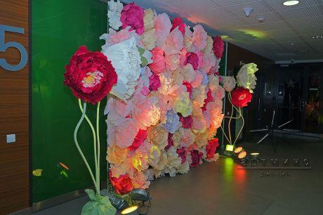 Фотозона из цветов к 8 Марта