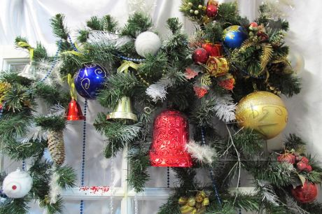 Еловые ветки и новогодний декор в оформлении панно на Новый год