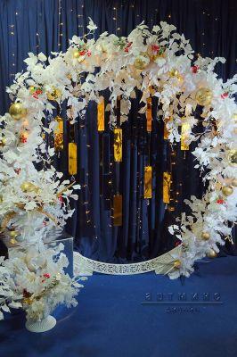 Новогодняя арка с белоснежными веточками Гинкго