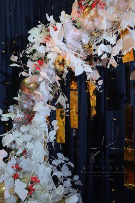 Оформление фотозоны золотыми подвесами и белоснежными веточками Гинкго