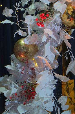 Оформление фотозоны золотыми новогодними шарами  и белоснежными веточками Гинкго