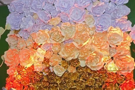 Золотистая фотозона из цветов на 8 Марта