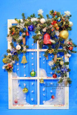Новогодний декор прекрасно подойдет для оформления витрин магазинов, ресторанов и кафе