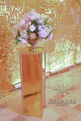 Золотые колонны для оформления фотозоны