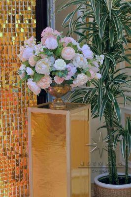 Прокат колонн с вазами и цветами