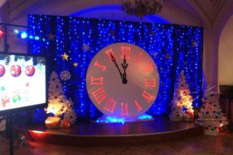 Декорация Часы на сцене в новогоднюю ночь