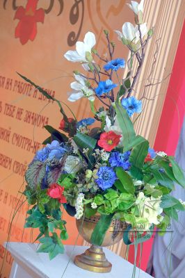 Золотые вазы и высокая цветочная композиция