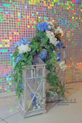 Декоративные напольные фонари и небольшими цветочными композициями