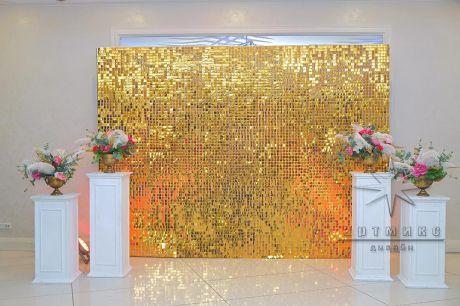 Фотозона из квадратных пайеток в золотом цвете