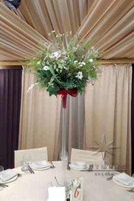 Цветочная композиция в лесном стиле  и высокой вазе