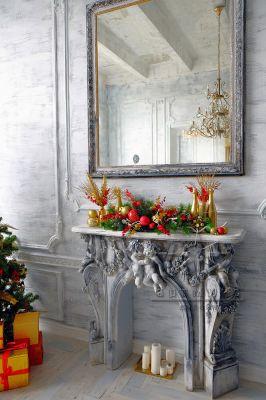 Новогодняя композиция с красными и золотыми елочными шарами