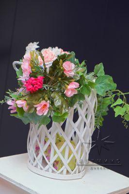 Плетёные кашпо с цветами