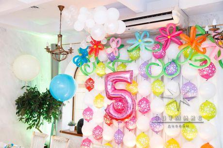 Композиции из шаров для потолка, облака и ромашки крупного размера для праздничного оформления