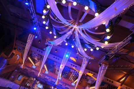 Световое оформление потолка в банкетном зале на торжественное мероприятия