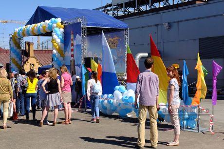 Праздничное украшение юбилейного сезона конкурса Большая Регата на крыше ТРК Планета Нептун
