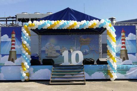 Сценическая площадка оформлена баннерами, тканями и воздушными шарами