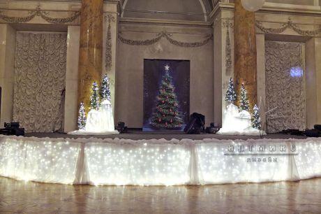 Сцена на Новогоднем торжесте