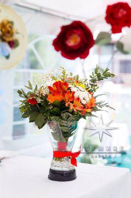 Праздничный декор - яркие букеты в вазе