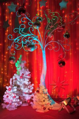 Высокое белое декоративное дерево