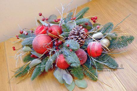 Подарочная новогодняя композиция из натуральных веток - Нобилис, украшена новогодними шарами, декоративной рябиной и шишками