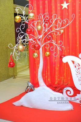 Белое дерево с новогодними игрушками в оформлении фотозоны