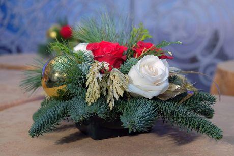 Новогодняя композиция из красных и белых роз