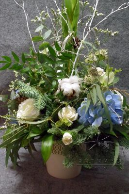 Новогодняя композиция в сочетании цветов, хлопка и натуральной еловой лапы