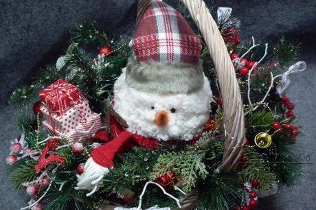 Симпатичный снеговик без подсветки в небольшой корзинке