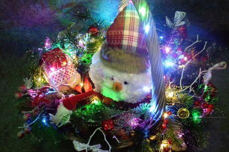 Симпатичный снеговик с подсветкой в небольшой корзинке