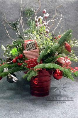 Новогодняя композиция в красном и чёрно-белом цвете