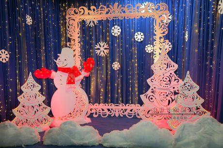 Фотозона со снеговиком, ёлочками и ажурной рамой