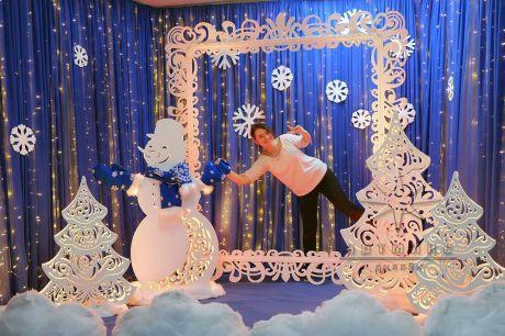 Фотозона из серии ажурные фигуры - Снеговик с синими варежками и шарфом
