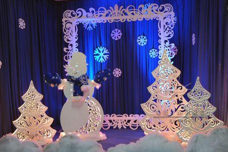 Фотозона Снеговик с синими варежками и шарфом
