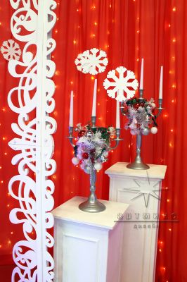 Канделябры на колоннах на новогоднем празднике