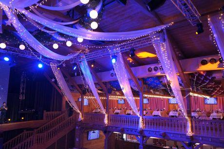 Оформление зала световыми гирляндами и воздушным текстилем