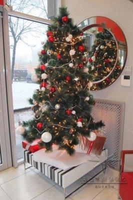 Новогодняя елочка в красно-белых тонах для оформления витрины магазина к новому году