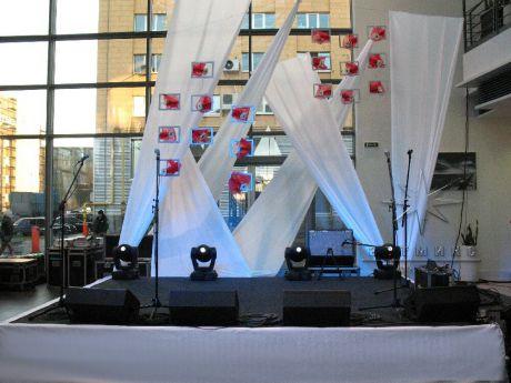 Оформление сцены  инсталляциями из ткани и использование оригинальной флористики выполнено в стиле минимализм