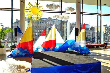 Украшение мини сцены шарами и тканями в холле БКЗ