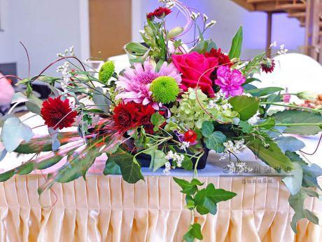Цветочная композиция из роз, гортензии, гвоздики и хризантемы