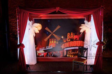 Фотозона (пресс волл) в оформлении праздника в стиле Мулен Руж знаменитого классического кабаре в Париже на бульваре Клиши