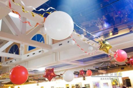 Воздушные шары в оформлении зала на Новогодний праздник