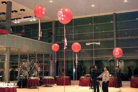 Красные шары в оформлении зала внесут в обстановку легкий шарм